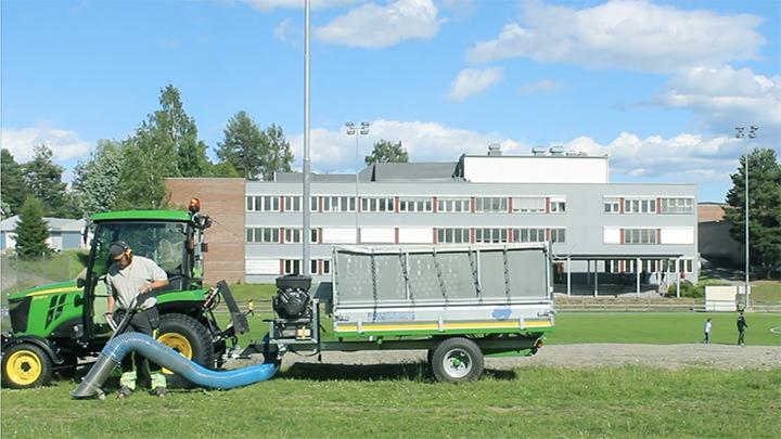 Knut Eilertsen driver vedlikehold på kunstgressbane med trommelsikt som resirkulerer gummikuler