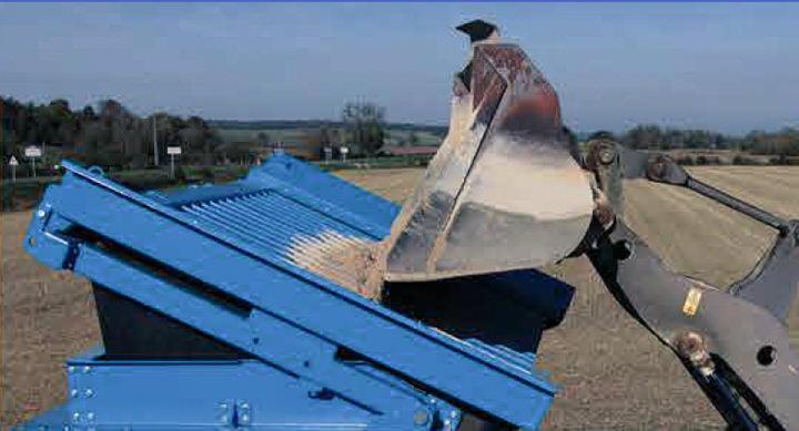 Påmating med riller for å skille ut de største stener, røtter m.m.