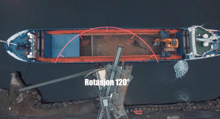 Skipet ligger i ro og lasting skjer uavbrutt. Mulig på grunn av at utlaster har 120 graders svingradius.