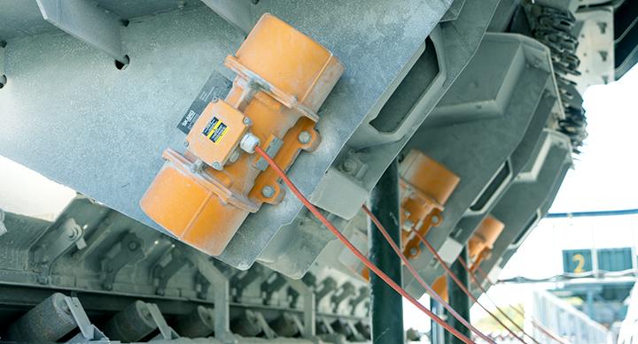 Vibrasjonsmoterer justeres etter type materiale og hvor stort volum som behøves.