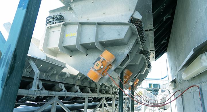 Tre vibrasjonsmatere fra Skako montert over transportbånd hos Rekefjord Stone.