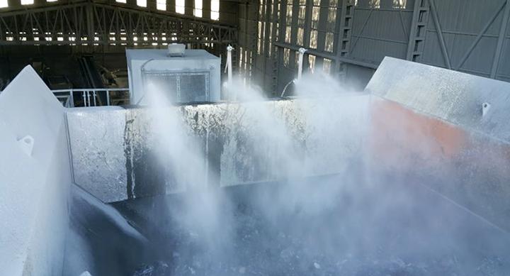 Trykkluft lager en tåke der vannpartikler får samme størrelse som steinstøv.