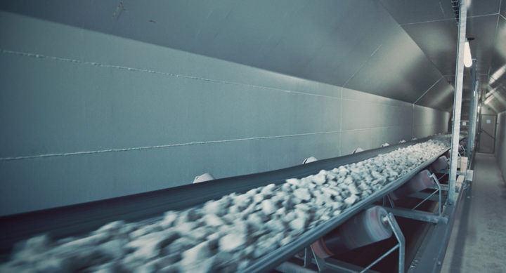 Transportør for pukk montert inne i en kulvert tunell