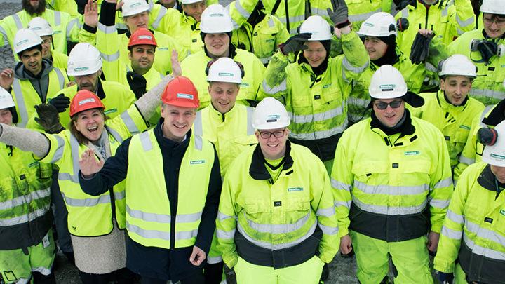 Gruppebilde av operatører i Franzefoss gjenvinning med verneklær på anlegg har høy trivsel på arbeidsplassen