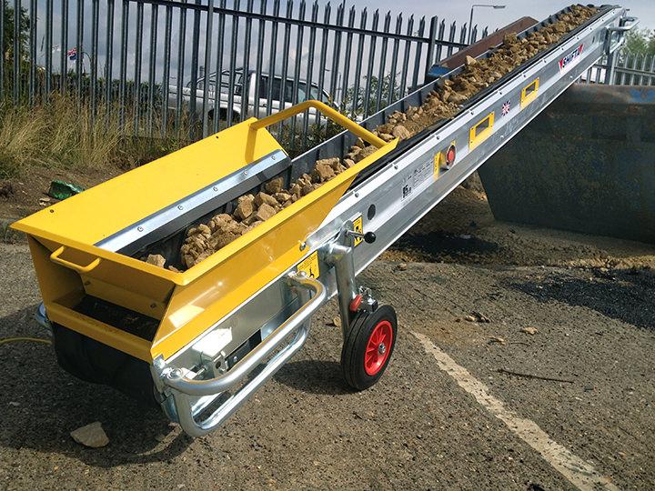 Transportøren laster stein enkelt og effektivt i container.
