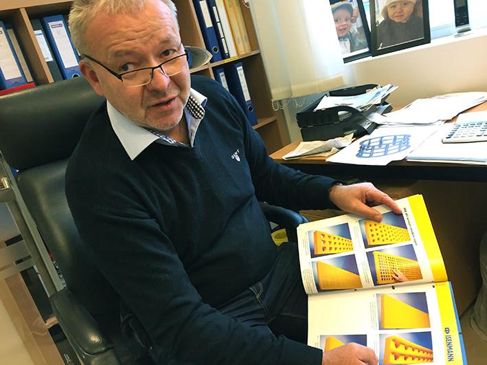 Olav Gilje teknisk support i Nordic Bulk viser brisjyre me polyurethane sikteduk