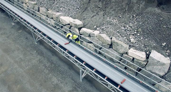 Slitte bæreruller under transportbånd skiftes av industrimontør