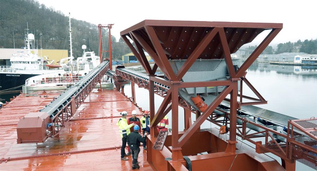 Transportbånd på skip som laster stein og sand for Seaworks